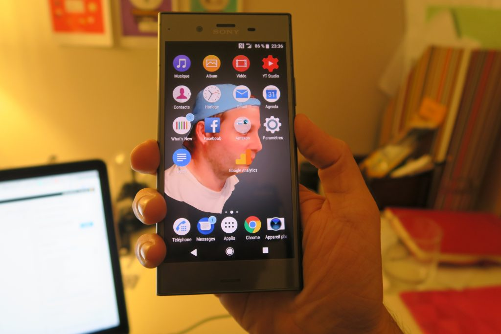 Sony Xperia XZ1 tient dans la main